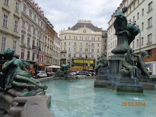 Pension Neuer Markt: Hotel ao fundo e a Fontana à frente