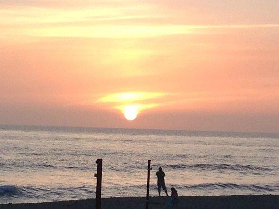 Ocean Palms Beach Resort : Sunset view from beach