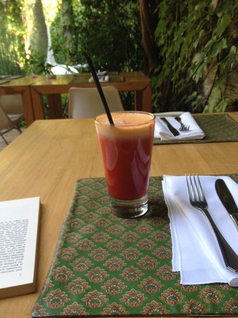 Home Hotel Buenos Aires: Fresh juice on the patio