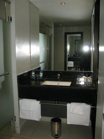 Eka Hotel Nairobi: Sink area
