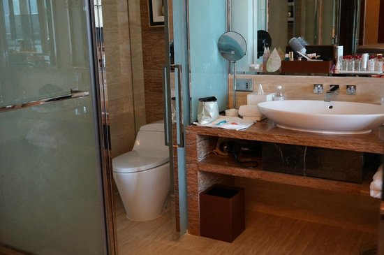 The Fullerton Bay Hotel Singapore: Very nice bathroom