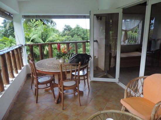 Lemongrass Lodge : veranda attrezzata