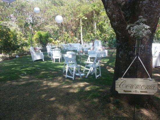 Zamora Estate Hotel: Jardín con montaje de boda