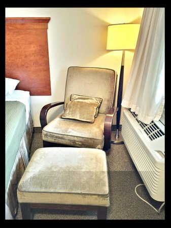 Saskatoon Thriftlodge: Chair to Relax in our Queen Rooms