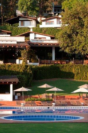 Hotel Avandaro Club de Golf & Spa : Vista desde la piscina hacia el hotel