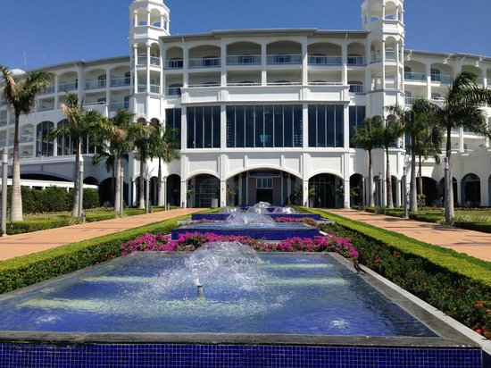 Hotel Riu Palace Costa Rica: Rear of  hotel coming from beach & pools