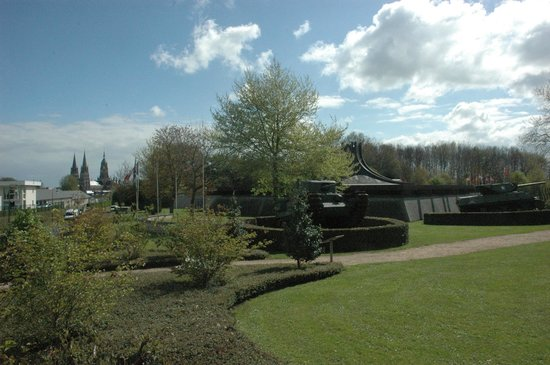 Musée Mémorial de la Bataille de Normandie : Museum of the Battle of Normandy with it's tanks and cathedral towers in the background