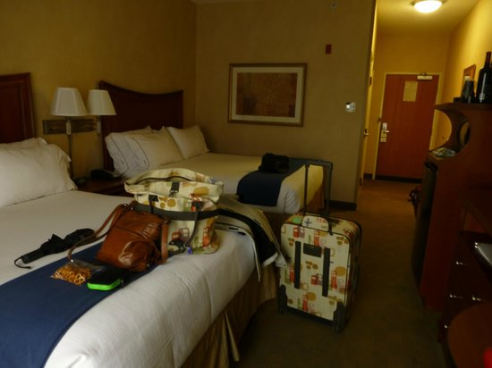 Holiday Inn Express & Suites Auburn Hills : Comfy beds, ample space, microwave, fridge, coffee maker, WIFI