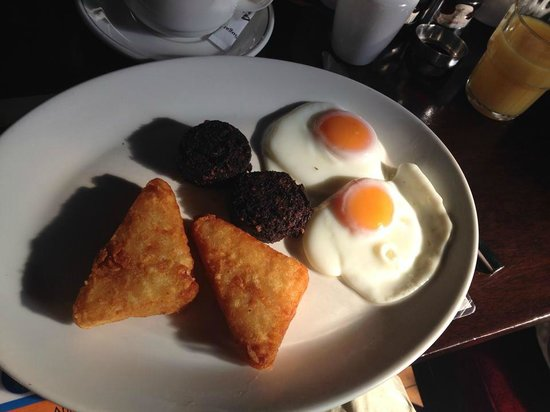 Parliament Hotel: Breakfast of hash browns, black pudding, and poached eggs.