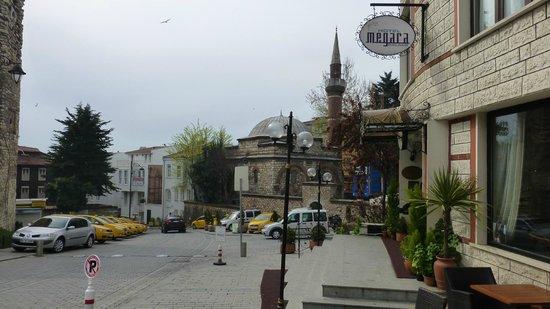 Megara Palace Hotel: La calle del hotel Megara Palace