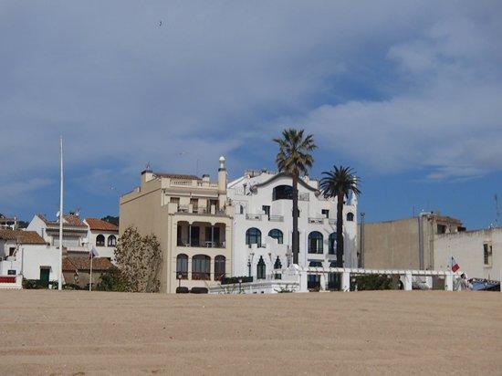 Hotel Diana: Отель сразу выделяется своей неординарной архитектурой