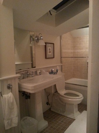 Revere Guest House: Updated bathroom
