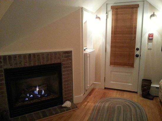Revere Guest House: Fireplace near entrance