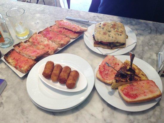 Elisabets: Pan con tomata, croquetas de pollo, tortilla, pan con berenjena, calabacín, cebollas, zanahoria