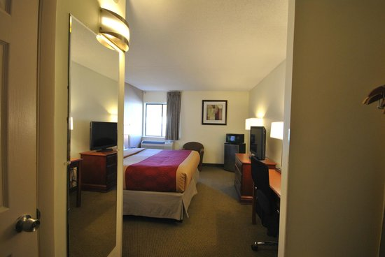 Quality Inn: Basic room with lots of stuff