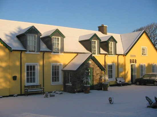 The Old School House B&B: Old school in the snow