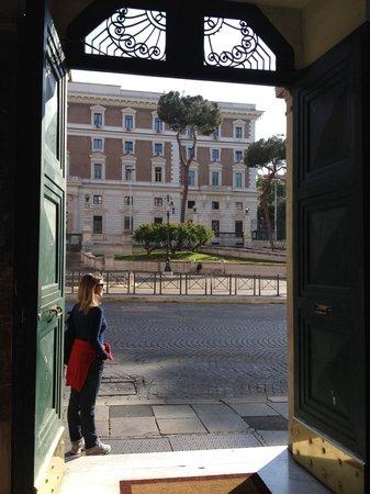 Hotel Dorica: Em frente ao Ministério do Interior. Carabinieri 24h na frente. Mas desencana, Roma é para curti