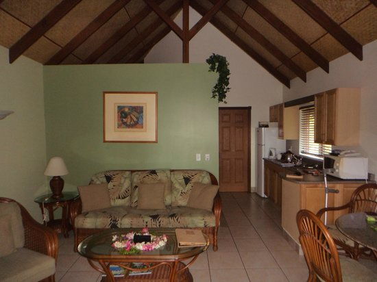 Royale Takitumu: Lounge room in villa