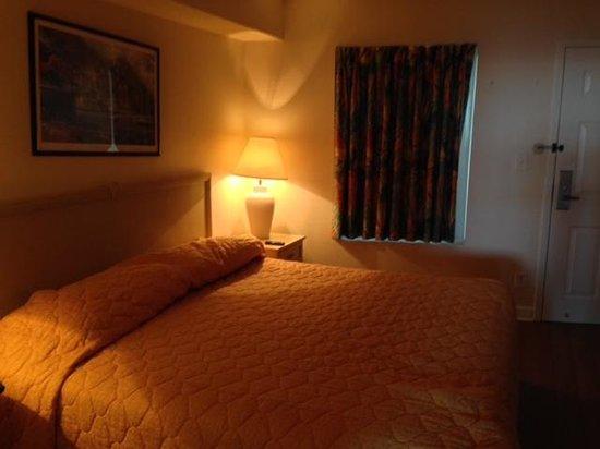 Sea Watch Resort: Cheap Bedding, Hard Mattress.