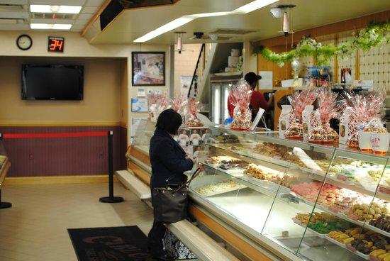 Carlo's Bakery : Empty at 8am