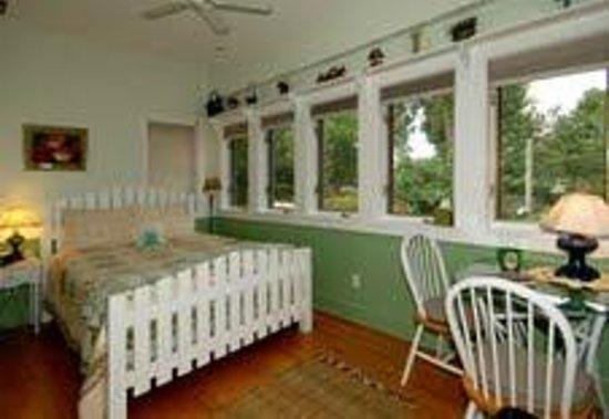 Mill House Bed and Breakfast: The Garden Room and it's windows overlooking the river