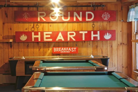 The Round Hearth at Stowe : The pool tables and air hockey table.