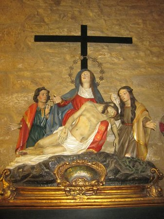 Iglesia de San Tirso El Real: Grupo escultórico en el interior.