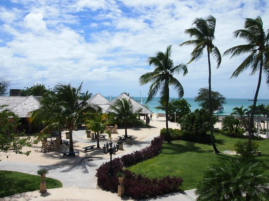 Sandals Grande Antigua Resort & Spa : a picture of the beach and barefoot restaurant