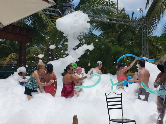 Secrets Aura Cozumel: foam party