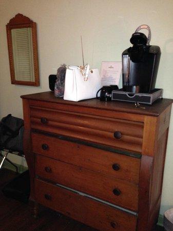 Lafayette Inn and Restaurant : Dresser, Keurig