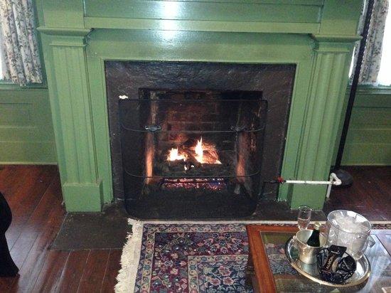 Lafayette Inn and Restaurant: Gas Fireplace