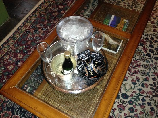 Lafayette Inn and Restaurant: Welcome Champagne & Almonds