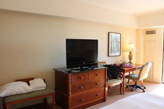Hilton Hawaiian Village Waikiki Beach Resort : Desk & TV area of room