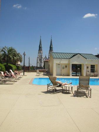 Hilton Savannah Desoto: Nice pool area