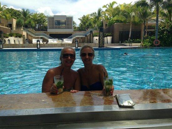 Mulia Resort: Cocktail at the swim up bar