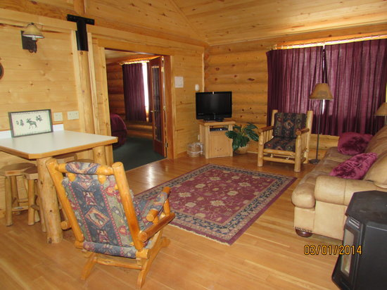 Beartooth Hideaway Inn & Cabins: Cabin Living Area