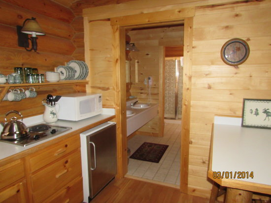 Beartooth Hideaway Inn & Cabins: Cabin Kitchen Area