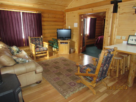 Beartooth Hideaway Inn & Cabins: Living Area With Sleeper Sofa
