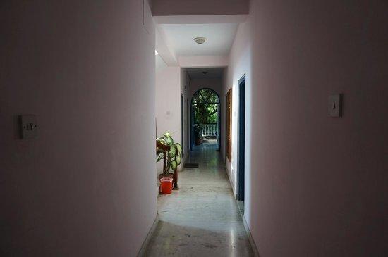 Sacred Valley Inn Pokhara: Middle floor hallway