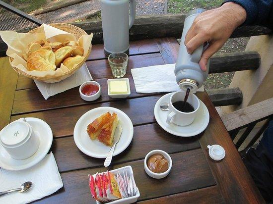 Ruca Lemu  Apart - Cabanas : Desayuno, en la misma cabaña (espacio exterior propio)
