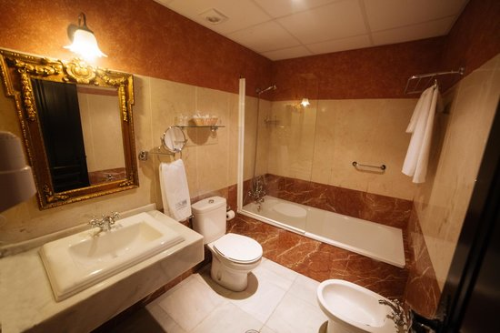 Hacienda Posada de Vallina: Baño (bañera)