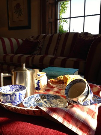 Sissinghurst Castle Farmhouse: Front room: afternoon tea