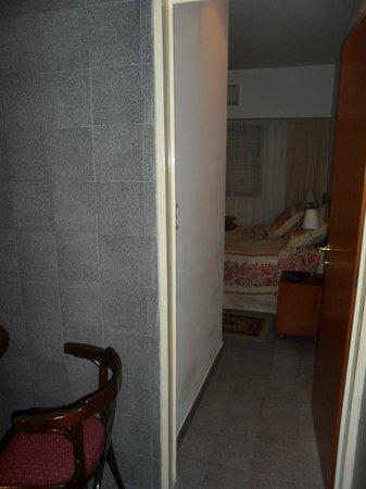 Sojo Apart Hotel: pasillo entre cocina y cama