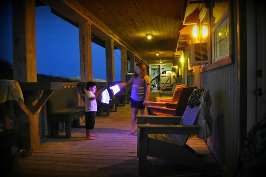 The Beach Lodge: Nice cool porch with hand carved benches. Kids loved it.