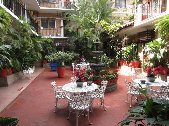 Hotel Posada de Roger: Interior courtyard, view from front gate
