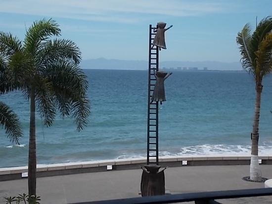 Bar Oceano Tropical: Outstanding sculptures on the Malecon