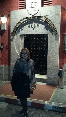 Eu diante da casa de Show Corral de la Moreria.
