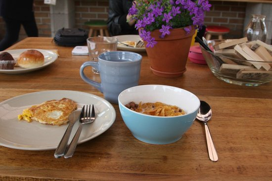 Travelers Planet Hostel: Self-served breakfast at rooftop.