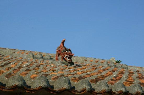 Minshuku Izumiya : 屋根のシーサー