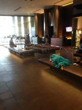 Palms Place Hotel and Spa: Adult sleeping in the lobby of a 4 star hotel at 11 am